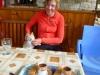 Wir werden mit türkischem Kaffee, eingelegten Kirschen und selbstgemachtem Raki empfangen