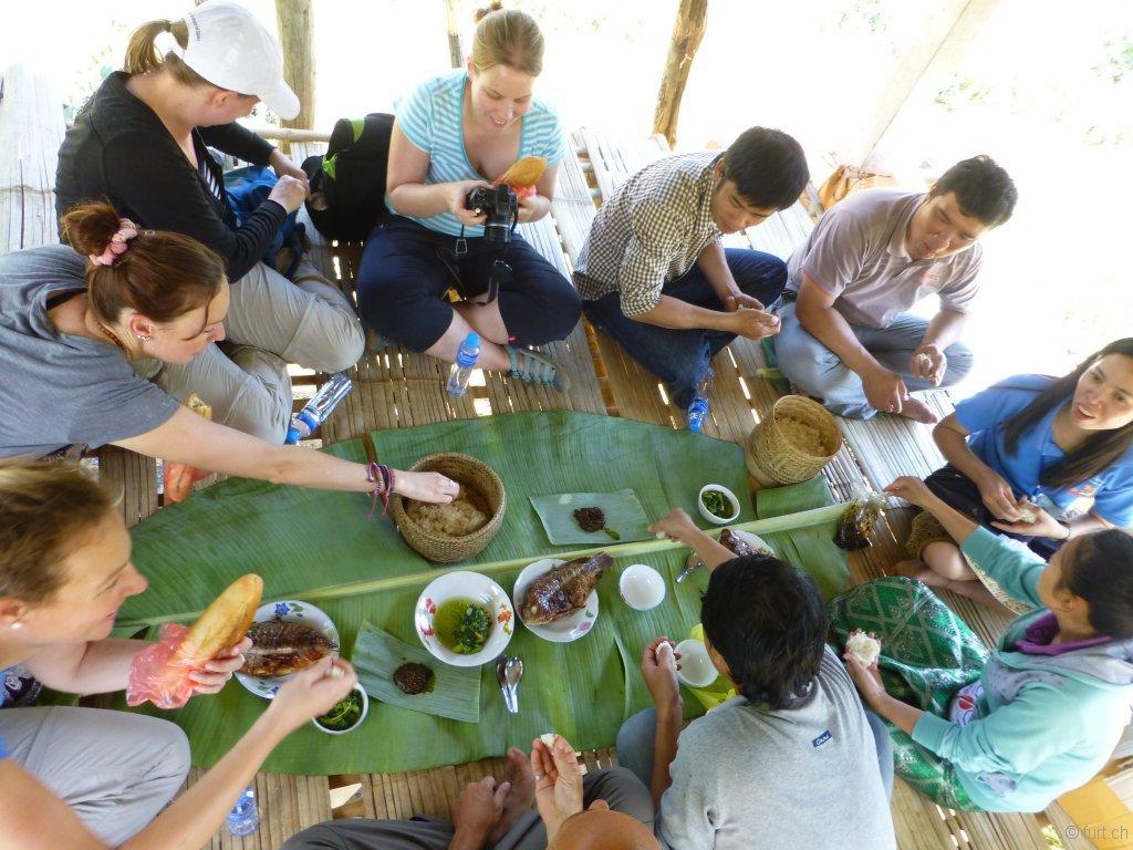 Beim Mittagessen in einer Reisfeld-Hütte sind wir uns einig: Big Brother Mouse macht einen super Job!