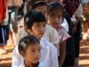 Bei unserer Ankunft in der Dorfschule von Huyamak stehen die Kinder brav in Reih und Glied