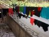 Wir staunen nicht schlecht: Mangels Platz stapelt die Gastgeberin unsere Wäsche auf dem Geländer und dem Gartentor