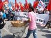 Mann in rosa verkauft den Komünisten runde Brezn