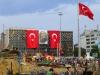 Nach der gewaltsamen Räumung dekoriert nun die Polizei den Taksim-Platz