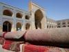 In der  Masjed-e-Jameh-Moschee werden die Teppiche zum Gebet ausgerollt