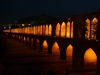 Nachts sind die Brücken am Zayandeh-Fluss beleuchtet...