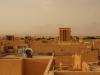 ...Windtürme, Lehmhäuser, und dahinter unerbittliche Wüste