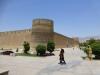 Mit dem Arg-e Karim Khan wollte man einst dem rivalisierenden Esfahan die Stirn bieten, leider ist jedoch der eine Turm in eine unterirdische Zisterne eingesunken...