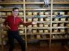 Christian übernimmt kurzerhand den Verkauf in der Käserei Gligora