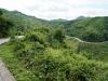 Endlos schlängelt sich die Strasse den Bergen entlang, Tunnel gibt es keinen einzigen und Brücken sind spärlich
