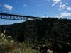 Wir sind neidisch: Während wir auf der Strasse Achterbahn fahren, baut man für die Eisenbahn bequeme Brücken