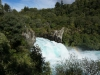 In der Nähe von Taupo zwängt sich der ansonsten breite Waikato River durch einen schmalen Canyon. Klar, was für eine Touristenattraktion hier zuoberst auf der Hitliste steht: Jet Boating bis ganz nah an den Wasserfall ran!