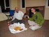 So isst man das Nationalgericht Fish and Chips: Von Hand aus dem Packpapier. Michaels Haus ist wegen Erdbeben-Renovationsarbeiten geräumt