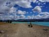 Wir lassen es bleiben und posieren halt vor dem Lake Pukaki