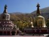 Auch unterwegs treffen wir immer wieder auf üppig verzierte Stupas