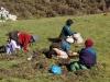 Wie die Nadel im Heuhaufen suchen diese Tibeterinnen nach den Medizin-Würzelchen im Gras