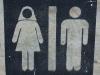 Auch auf der Toilette bitte adrett mit Kopftuch auftreten