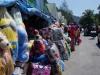 Die verschleierten Malaiinnen decken sich am thailändischen Grenzmarkt mit günstigen Waren ein