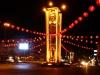 Der obligat hässliche Uhrturm ist in Trang fürs chinesische Neujahr tadellos geschmückt