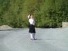Zur Schule gehts adrett, die Mädchen im Rock, die Buben mit Kravatte in Landesfarben