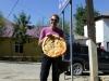 In einem Privathaus in Kalaikhum organisieren wir uns dieses rekordgrosse Brot. Wir haben uns tagelang davon ernährt