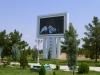 Im staatlichen TV werden abwechslungsweise Folklore oder Reden des Präsidenten übertragen, wie hier im Park auf Grossleinwand