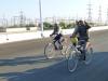 Endlich nicht mehr alleine auf der Strasse: Die Usbeken sind offenbar auch Velofahrer. Sympathisch!