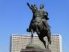 Der grosse Timur vor dem noch grösseren und umso hässlicheren Hotel Uzbekistan