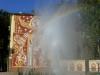 Raffinierte Trilogie von sozialistischer Wandmalerei, Wasserspiel und Regenbogen