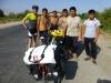 Tagesprogramm der Usbekjugend: Baden im Bewässerungskanal, dazwischen posieren mit dem fremden Touristen