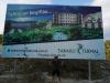 Wegen zu geschlossen: Überdimensionierte Werbetafel schon geliefert, Theme und Hotel sind aber noch im Bau...