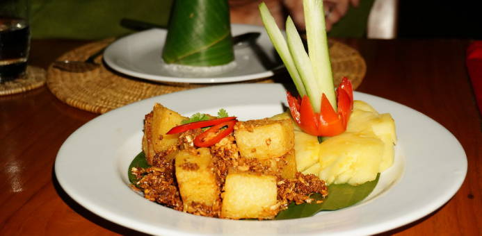 "Ein Gedicht: ""Stir Fried Tofu In Garlic and Pepper Sauce Served with Pineapple Ring & Cucumber"""