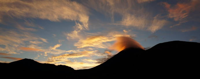 Frühmorgens hat der Ngauruhoe noch seine orange Mütze an